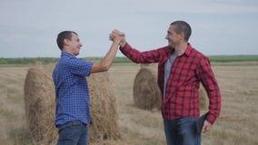 Conceito de cultivo esperto da agricultura dos trabalhos de equipe negócio de dois fazendeiros dos homens que manda trabalhadores filme