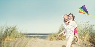 Conceito de Daughter Playing Kite do pai da família Fotos de Stock