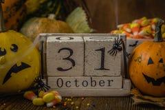 Conceito de Dia das Bruxas - abóboras e símbolos Imagens de Stock