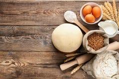 Conceito de Easter Massa e ingredientes do trigo para cozinhar a bordo Imagens de Stock