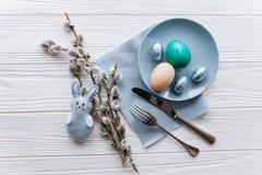 Conceito de Easter placa, forquilha, ovos em um fundo branco Imagens de Stock Royalty Free