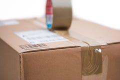 Conceito de envio: Caixa de cartão e fita pegajosa fotos de stock