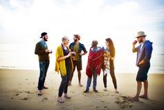 Conceito de fala de relaxamento da manhã da praia da amizade Foto de Stock Royalty Free
