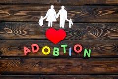 Conceito de família e cópia da criança da adoção na opinião superior do fundo de madeira fotografia de stock