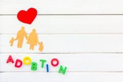 Conceito de família e cópia da criança da adoção no modelo de madeira branco da opinião superior do fundo imagem de stock royalty free