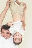 Conceito de família: Pai e seu filho pequeno que têm o grande tempo Toge Imagens de Stock Royalty Free