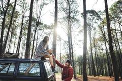 Conceito de Forest Car Boyfriend Girlfriend Helping fotografia de stock royalty free
