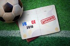 Conceito 2016 de França com passaporte e bola de futebol na grama verde Imagens de Stock Royalty Free