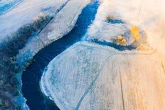 Conceito de gerencio do rio Paisagem bonita Campo nevoento na terra de exploração agrícola imagem de stock