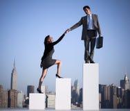 Conceito de Helping Colleague Succeed do homem de negócios foto de stock