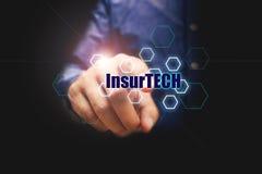 Conceito de Insurtech da tecnologia do seguro, homem de negócios que pressiona t Imagem de Stock
