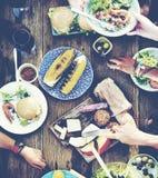 Conceito de jantar exterior dos povos do almoço do almoço Imagens de Stock Royalty Free