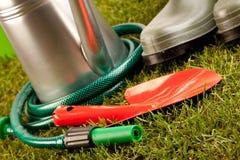 Conceito de jardinagem na grama fotos de stock royalty free
