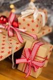 Conceito de kraft dos presentes de Natal Fotografia de Stock Royalty Free