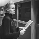 Conceito de Lifestyle Commuter Newspaper da mulher de negócios foto de stock