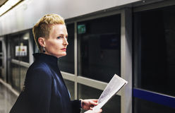 Conceito de Lifestyle Commuter Newspeper da mulher de negócios imagens de stock