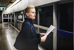 Conceito de Lifestyle Commuter Newspeper da mulher de negócios imagem de stock royalty free