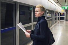 Conceito de Lifestyle Commuter Newspeper da mulher de negócios fotos de stock