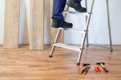 Conceito de madeira da renovação e da instalação do assoalho do parquet fotos de stock