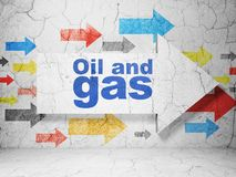 Conceito de Manufacuring: seta com petróleo e gás no fundo da parede do grunge Foto de Stock