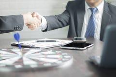 Conceito de negócio bem sucedido do negócio, homens de negócios que agitam han Imagens de Stock