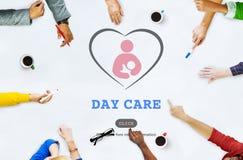 Conceito de Nursery Love Motherhood do baby-sitter da baby-sitter do centro de dia fotos de stock