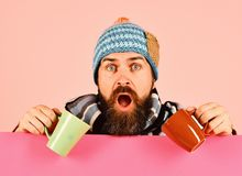 Conceito de outubro e de tempo do chá Homem no chapéu morno fotografia de stock