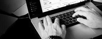 Conceito de pensamento de Using Laptop Working do homem de negócios foto de stock royalty free