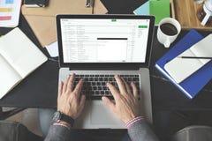 Conceito de pensamento de Using Laptop Working do homem de negócios Fotografia de Stock