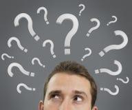 Conceito de pensamento do homem com pontos de interrogação Fotografia de Stock