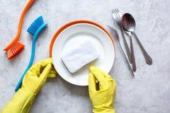 Conceito de pratos de lavagem da mulher na opinião superior do fundo cinzento foto de stock royalty free