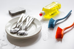 Conceito de pratos de lavagem no fundo branco fotografia de stock royalty free