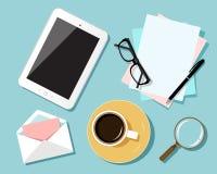 Conceito de projeto liso do local de trabalho do negócio A vista superior da tabela com tabuleta digital, papéis, escritório obje Imagens de Stock Royalty Free