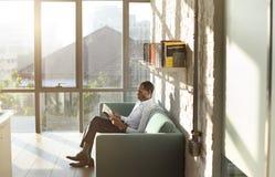 Conceito de Reading Magazine Relaxation do homem de negócios fotografia de stock royalty free