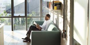 Conceito de Reading Magazine Relaxation do homem de negócios fotos de stock