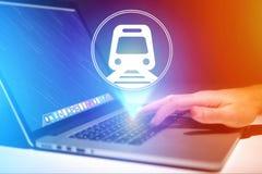 Conceito de registrar o bilhete de trem em linha - conceito do curso imagens de stock