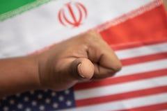 Conceito de relações bilaterais da exibição do negócio dos E.U. e do Irã com mostrar da bandeira e das mãos do gesto do negócio fotos de stock