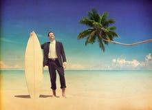 Conceito de relaxamento de Relaxing Beach Vacation do homem de negócios fotografia de stock royalty free