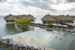Conceito de relaxamento do estilo de vida da piscina da infinidade fotos de stock royalty free