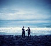 Conceito de Relaxatiion da praia do aperto de mão do compromisso dos homens de negócios Imagens de Stock