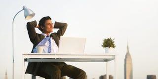Conceito de Relaxation Cityscape Happiness do homem de negócios Fotografia de Stock Royalty Free