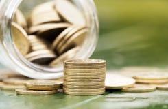 Conceito de rendimento na reforma - moedas do dinheiro do ouro Fotos de Stock Royalty Free