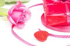 Conceito de Rosa e de presente Imagem de Stock Royalty Free