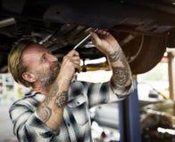 Conceito de Screwdriver Fixing Garage do mecânico fotos de stock
