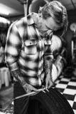 Conceito de Screwdriver Fixing Garage do mecânico fotografia de stock royalty free