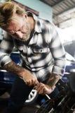 Conceito de Screwdriver Fixing Garage do mecânico fotos de stock royalty free