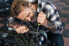 Conceito de Screwdriver Fixing Garage do mecânico fotografia de stock