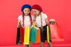 Conceito de Shopaholic Sinais você é dedicado à compra Estudantes bonitos das crianças para guardar sacos de compras do grupo Alu fotografia de stock royalty free