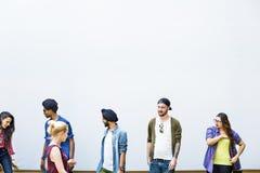 Conceito de sorriso da felicidade dos trabalhos de equipa das estudantes universitário imagens de stock