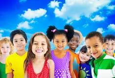 Conceito de sorriso da inocência da amizade das crianças da diversidade Imagens de Stock